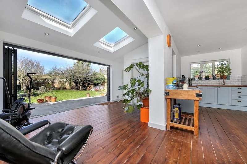 3 Bedrooms Semi Detached House for sale in Beaulieu Close, Mitcham CR4