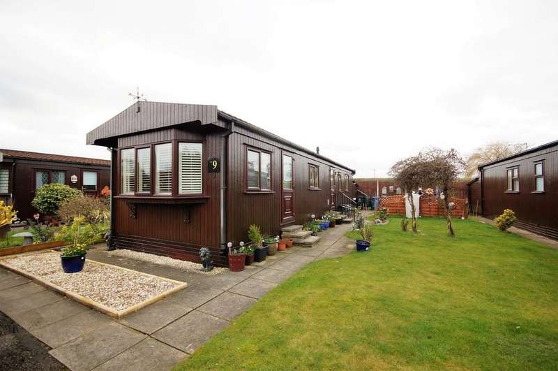 2 Bedrooms Park Home Mobile Home for sale in Poplar Drive, The Elms, Torksey, Lincoln