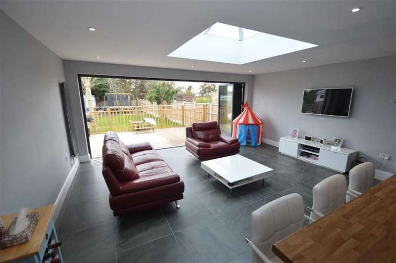 4 Bedrooms Chalet House for sale in Princess Gardens, Rochford, Essex