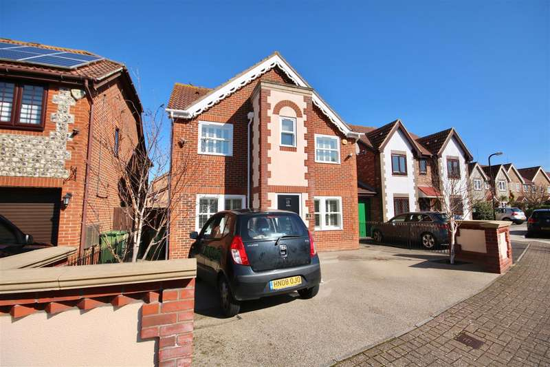 4 Bedrooms Detached House for sale in Edenbridge Road, Southsea
