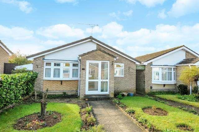 2 Bedrooms Detached Bungalow for sale in Carterton, Oxfordshire, OX18