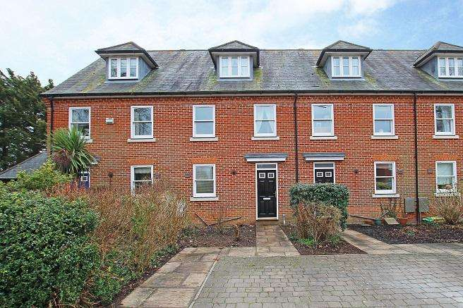 3 Bedrooms Terraced House for sale in The Sadlers, Westhampnett PO18