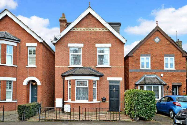 4 Bedrooms Detached House for sale in Conquest Road, Addlestone KT15