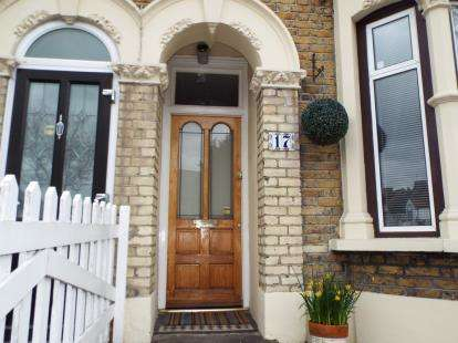 3 Bedrooms House for sale in Newbury Park, Ilford, Essex