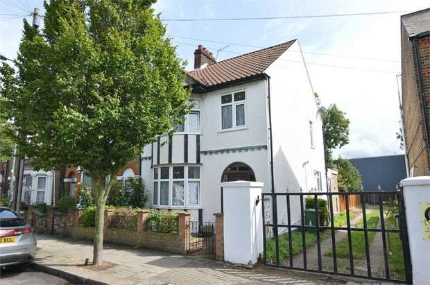 3 Bedrooms End Of Terrace House for rent in York Road, Waltham Cross, Hertfordshire