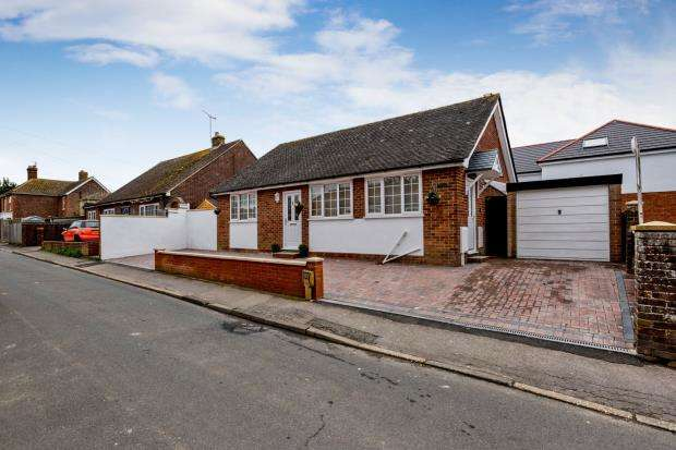 3 Bedrooms Bungalow for sale in Southbourne, Emsworth, Hampshire
