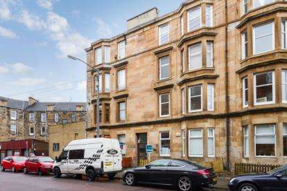 2 Bedrooms Flat for sale in Clincart Road, Glasgow