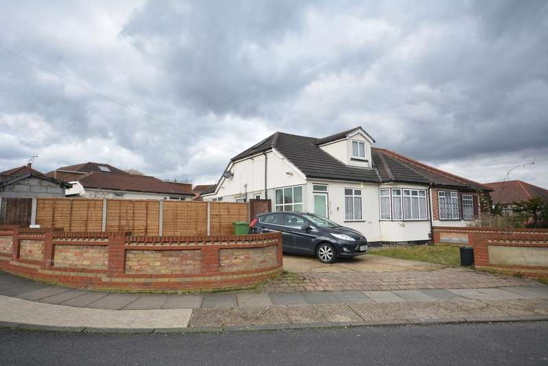 3 Bedrooms Chalet House for sale in Heather Close, Rise Park, Romford RM1