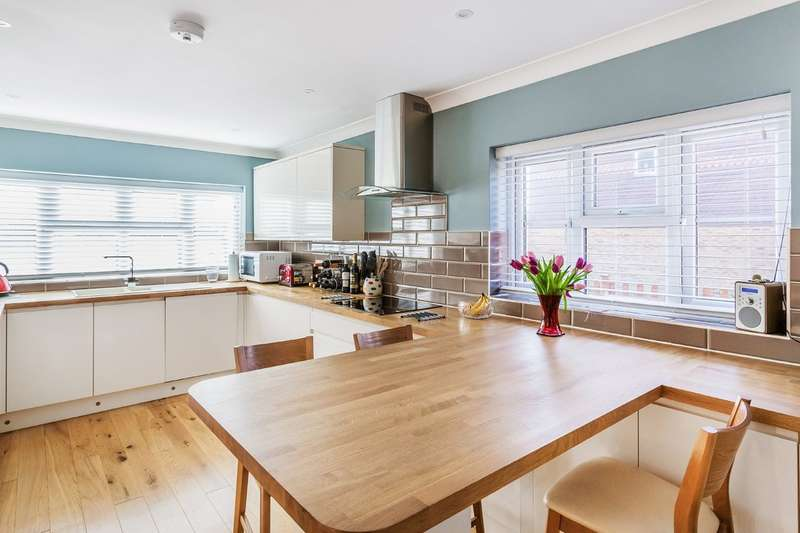 3 Bedrooms Detached House for sale in Ropeland Way, Horsham