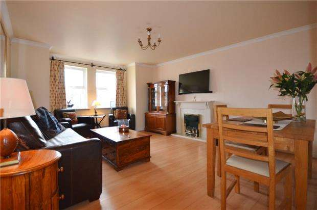2 Bedrooms Apartment Flat for sale in Suffolk Court, Deepcut, Camberley