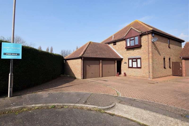 4 Bedrooms Detached House for sale in Superb plot siding onto Greensward, North Shoebury