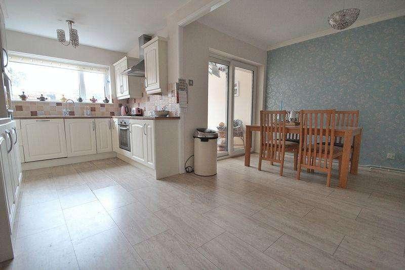 3 Bedrooms House for sale in Oak Tree Gardens, Wordsley DY8 5YF