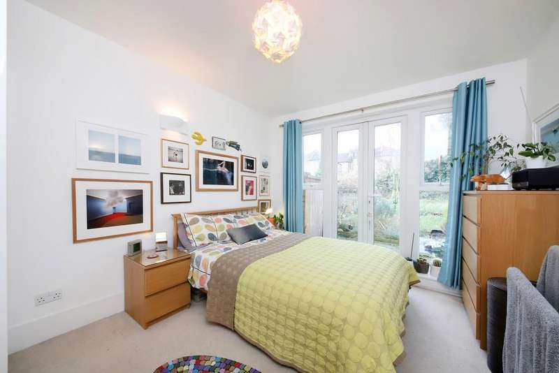 3 Bedrooms Ground Flat for sale in Wellmeadow Road, Hither Green, SE13
