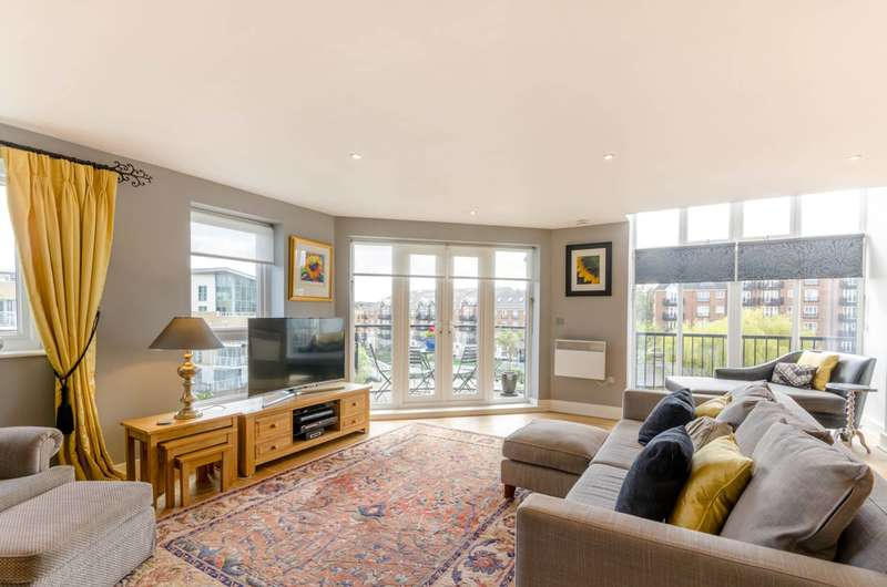 3 Bedrooms Penthouse Flat for sale in Durham Wharf Drive, Brentford, TW8