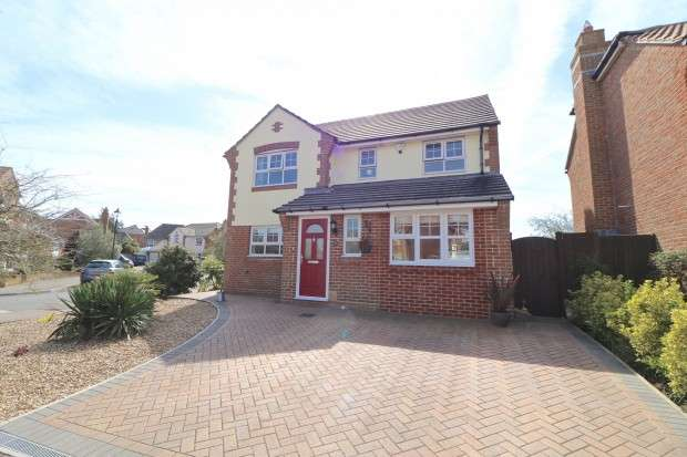 4 Bedrooms Detached House for sale in Coral Reef Close, Eastbourne, BN23