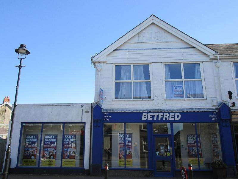 3 Bedrooms Flat for sale in Flat 5, above Bedfreds Station Road, Ystradgynlais, Swansea.