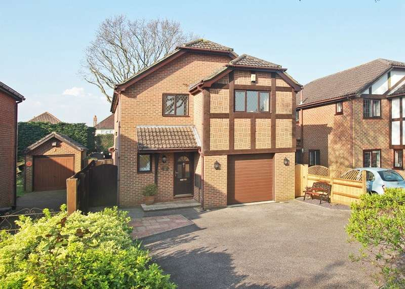 4 Bedrooms Detached House for sale in Kingsway Close, Christchurch