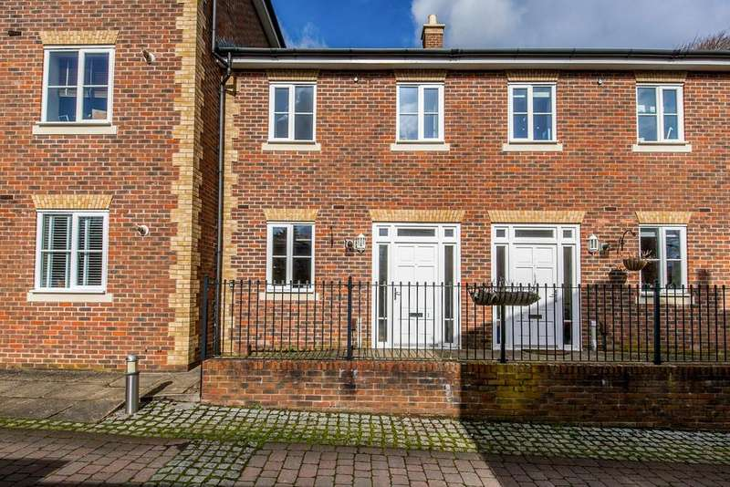 3 Bedrooms Terraced House for sale in Loyd Lindsay Square, Winchester, SO22