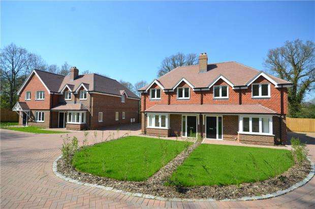 3 Bedrooms Semi Detached House for sale in Guildford Road, Bagshot, Surrey