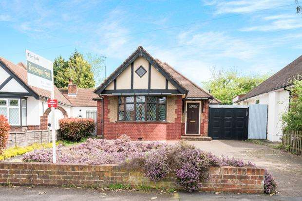 2 Bedrooms Bungalow for sale in Epsom, Surrey, England