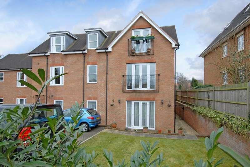 2 Bedrooms Flat for sale in Bagshot, Surrey, GU19