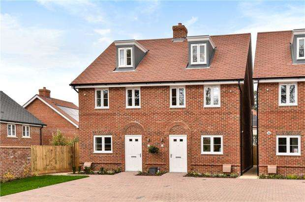 3 Bedrooms Semi Detached House for sale in Oakham Park, Old Wokingham Road, Crowthorne
