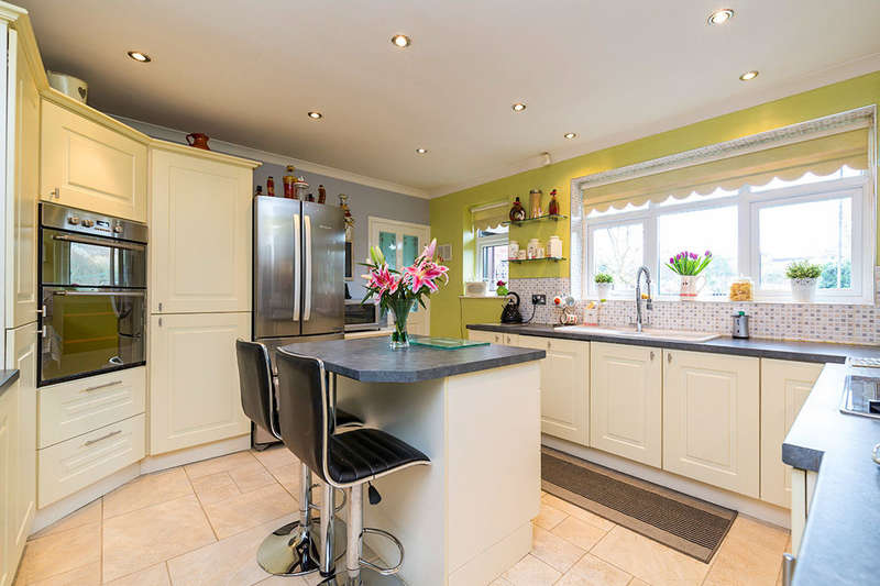 2 Bedrooms Detached Bungalow for sale in Moraine Crescent, Blackhall Mill, Newcastle Upon Tyne, NE17