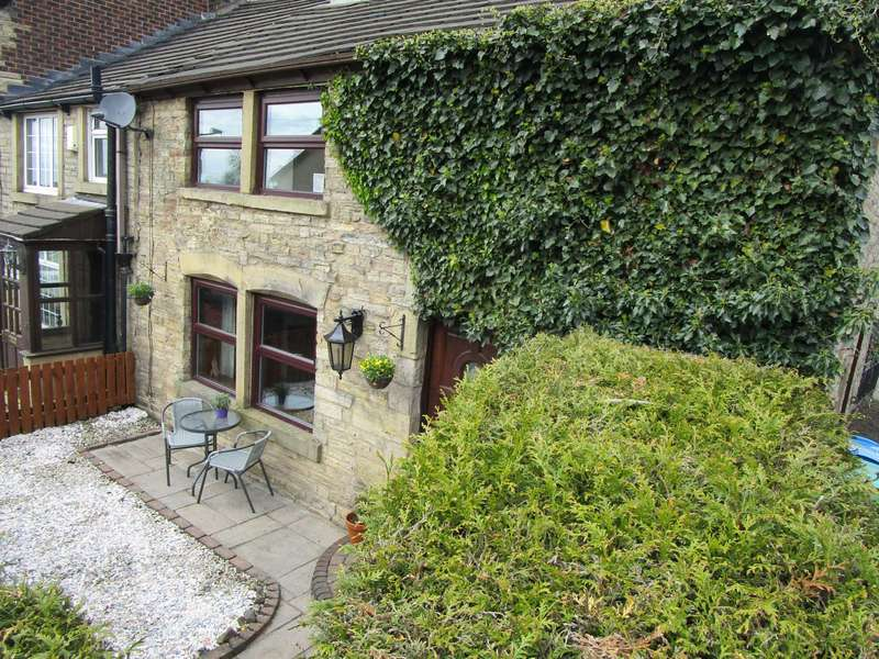 3 Bedrooms Semi Detached House for sale in Den Lane, Springhead