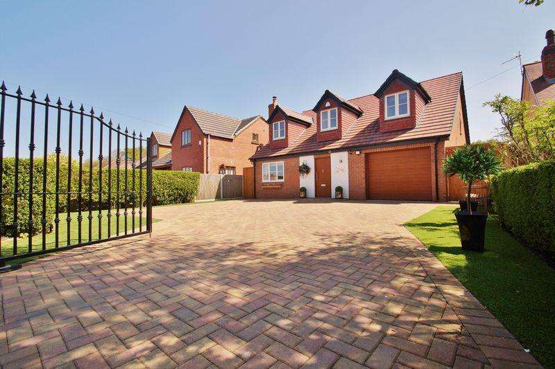 4 Bedrooms Detached House for sale in Pool Hey Lane, Southport