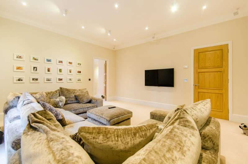 2 Bedrooms Flat for sale in Westferry Circus, Canary Wharf, E14