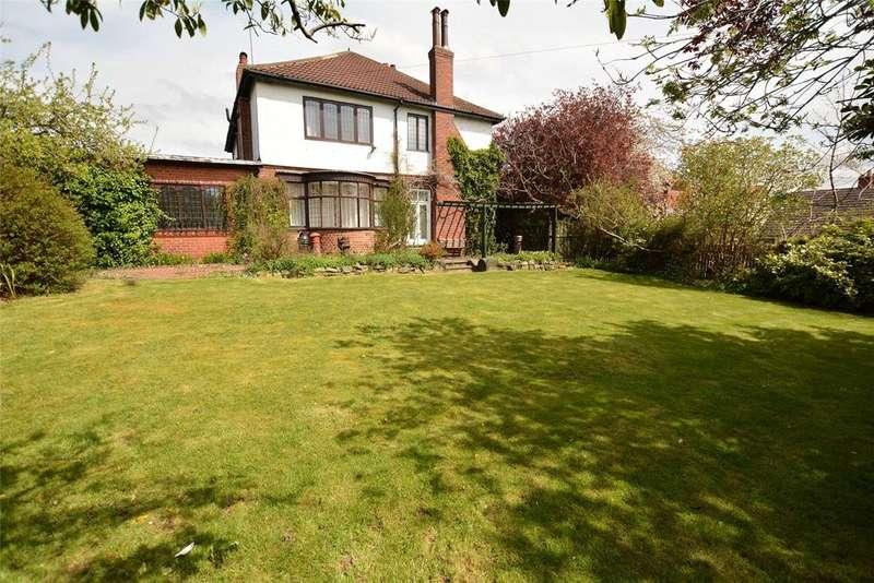 4 Bedrooms Detached House for sale in Moor Park Drive, Leeds