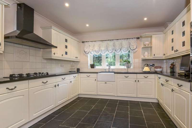 5 Bedrooms Detached House for sale in Horton, Berkshire, SL3
