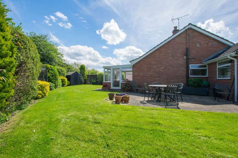 3 Bedrooms Detached Bungalow for rent in Long Mynd Avenue, Cheltenham GL51 3QN