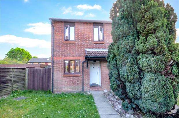 3 Bedrooms Semi Detached House for sale in Cobb Close, Datchet, Slough
