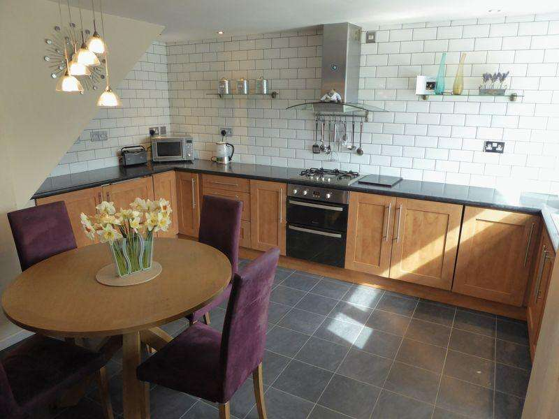 3 Bedrooms Terraced House for sale in Churchill Road, Dunstable