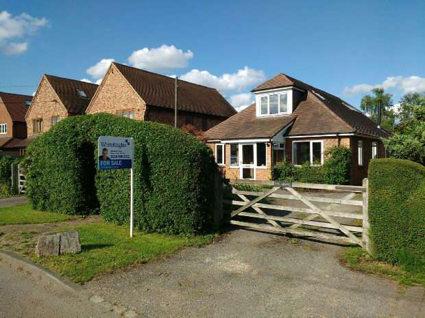 4 Bedrooms Detached House for sale in Clares Green Road, Spencers Wood, Reading