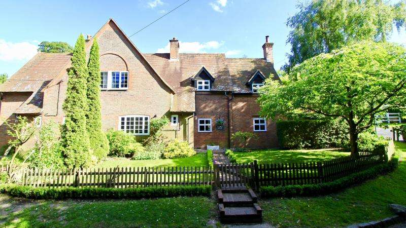 4 Bedrooms Semi Detached House for sale in Nags Head Lane, Great Missenden, HP16