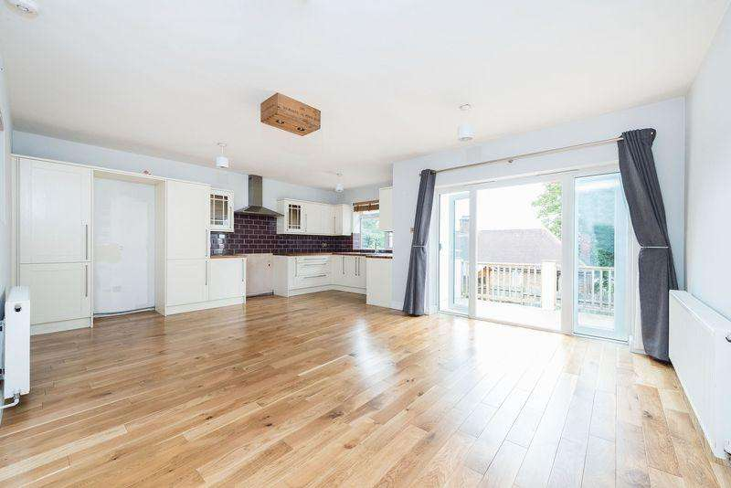 4 Bedrooms Semi Detached House for sale in Wolfe Crescent, Charlton