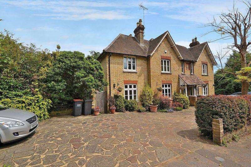 4 Bedrooms Semi Detached House for sale in Manor Cottages, Great Billington