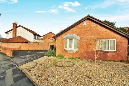2 Bedrooms Bungalow for sale in Ratcliffe Drive, Stoke Gifford, Bristol