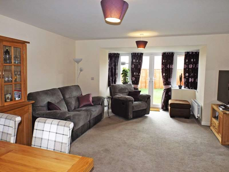 3 Bedrooms Semi Detached House for sale in Threads Lane, Buckingham, Buckinghamshire, MK18