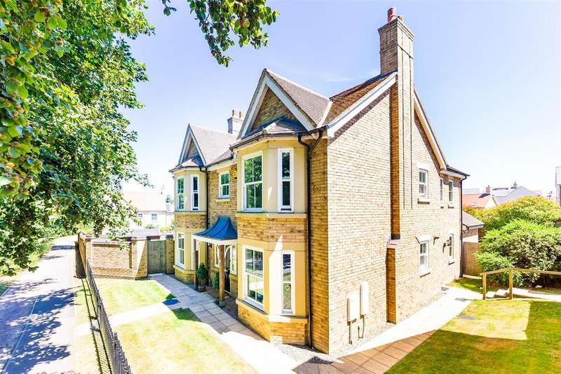 4 Bedrooms Detached House for sale in Heathcliff Avenue, Fairfield, Hitchin