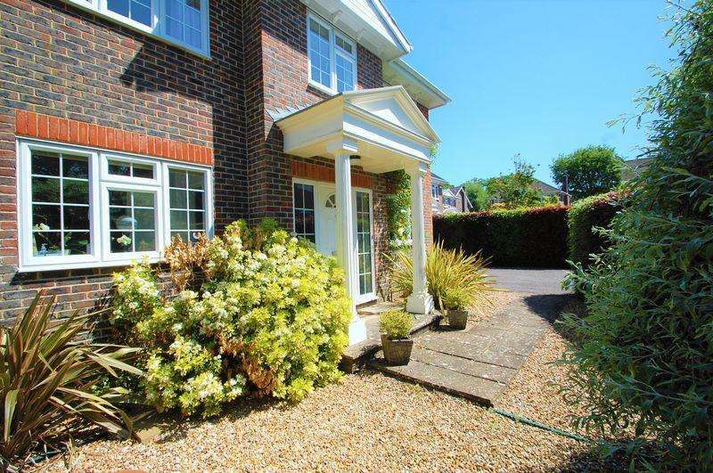 4 Bedrooms Detached House for sale in Montague Gardens, Petersfield