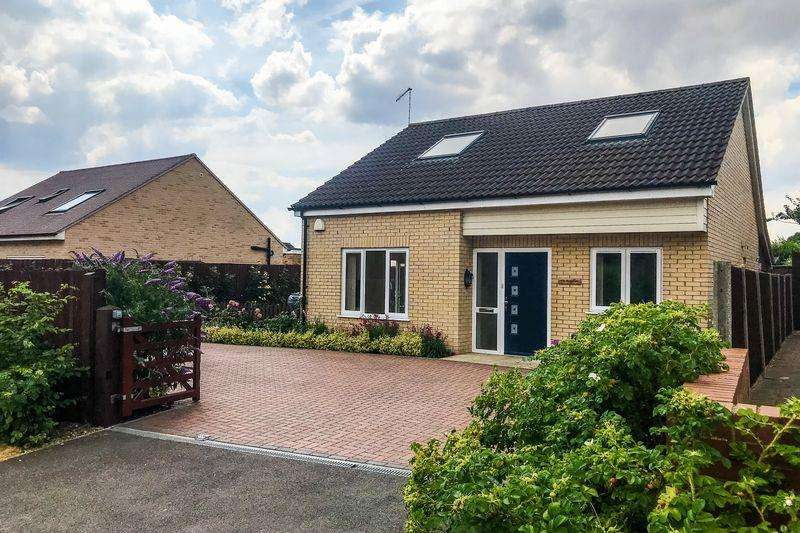 3 Bedrooms Chalet House for sale in Sapley Road, Hartford, Huntingdon, Cambridgeshire.