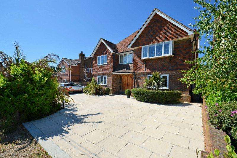 5 Bedrooms Detached House for sale in Southsea Avenue, Minster.