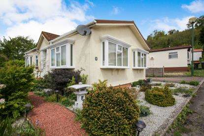2 Bedrooms Mobile Home for sale in Brookfield Park, Castle Hill Road, Totternhoe, Dunstable