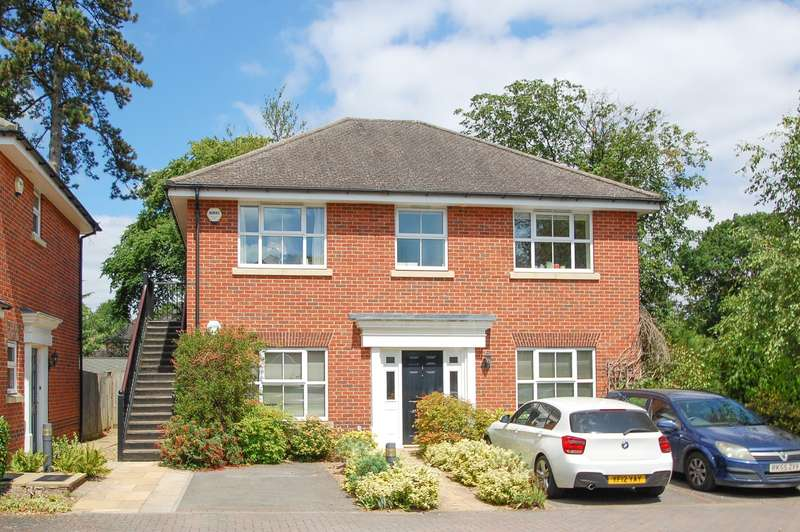 2 Bedrooms Maisonette Flat for sale in Hampden Court, Bull Lane, Gerrards Cross, SL9