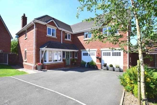 5 Bedrooms Detached House for sale in Springside Gardens, Whittle Le Woods, Chorley