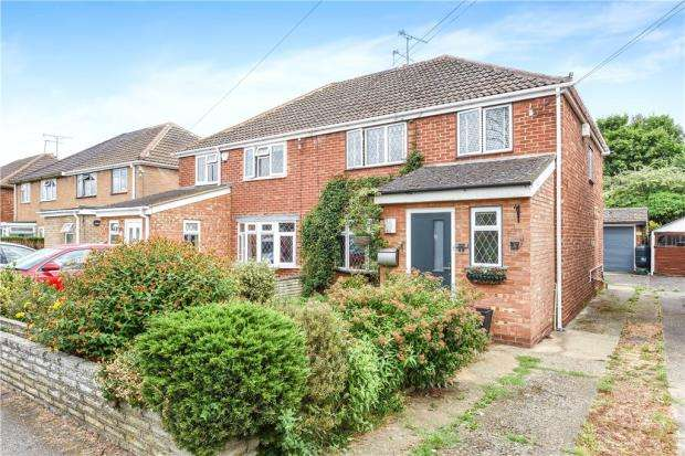 3 Bedrooms Semi Detached House for sale in Meadow Way, Old Windsor, Windsor