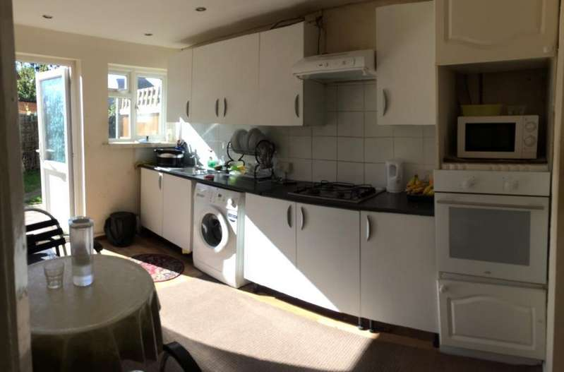 2 Bedrooms House for sale in Green Lane, Dagenham, RM8